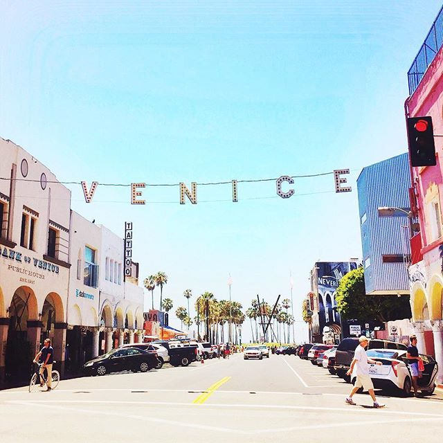 We love living and working in Venice Beach ☀️ Have you guys been here before?  #VeniceBeach #MuralCrawl #ShimmurFam