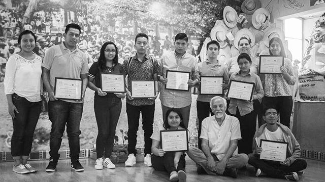 El Museo de la Palabra y la Imagen impulsa la iniciativa Jóvenes Creadores, a través de este programa se capacitan a estudiantes de entre 12 y 18 años para que den cineforos en sus centros escolares. El taller recorre la historia de El Salvador desde 1965 a 1992, con el propósito de entender las causas estructurales de la violencia y así construir una cultura de paz. Más detalles en el link de nuestra bio 🔝