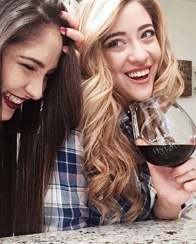 Thank you for being one of the biggest gifts of 2017. Thank you for bringing some pink spark into my life. Thank you for making me a better person 💜 Ps. We still have 5 more seasons of Friends to drink to 🙄👯‍♀️ #happynewyear #bffs