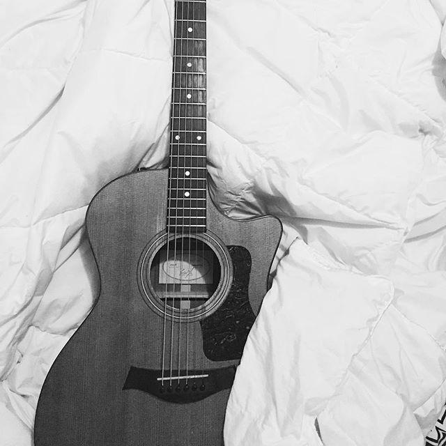 """""""Ojalá se te acabe la mirada constante La palabra precisa, la sonrisa perfecta Ojalá pase algo que te borre de pronto Una luz cegadora un disparo de nieve Ojalá por lo menos que me lleve la muerte Para no verte tanto para no verte siempre En todos los segundos en todas las visiones Ojalá que no pueda tocarte ni en canciones"""""""