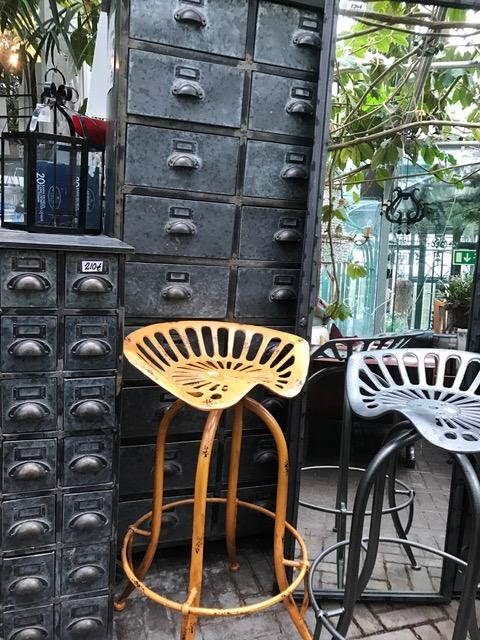 Tuoli 135€, Kaappi 240€/1200€, Peili 190€