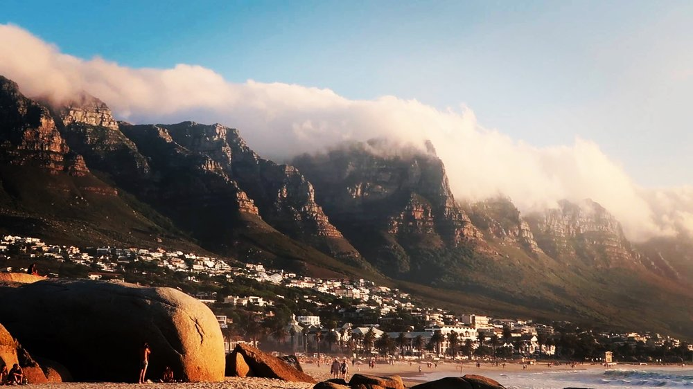 THE TWELVE APOSTLES BEHIND THE PROMENADE OF CAMPS BAY
