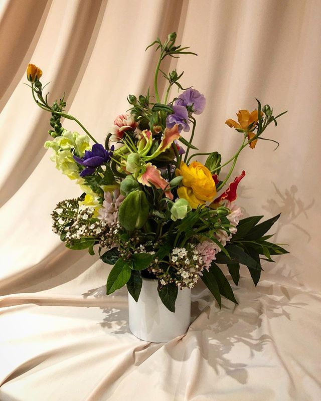 Flowers make you 😊  #flowershop #nyc #delivery #aranjira