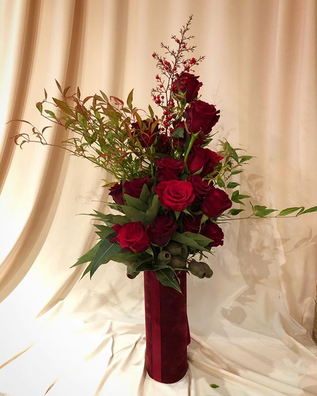 Flowers by Aranjira🌹 2 Dozen roses in our signature velvet vase . . . . #noflowernolife #classicroses #flowerarrangement #redroses #aranjira #flowershop #nyc #delivery