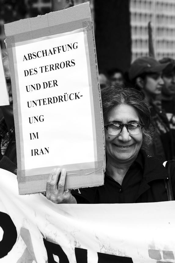 """""""18 Tir! Nein zur Islamischen Republik, Ja zur Freiheit! Unterstützt die Massenproteste im Iran! 10 Jahre nach blutiger Niederschlagung der Studentenbewegung!"""". Berlin."""