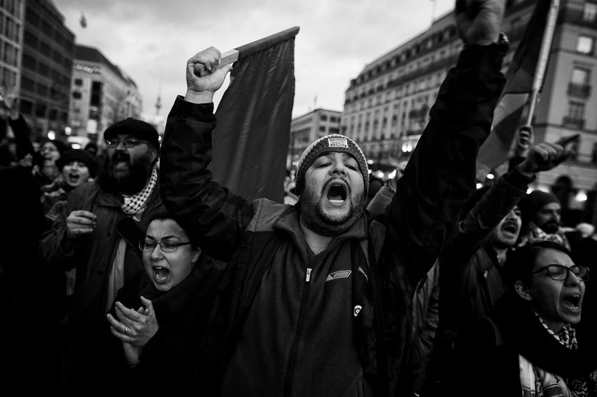 Iraner zeigen in Berlin Solidarität mit den Menschen im Iran
