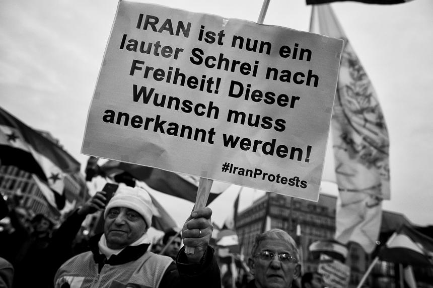 Iraner des NWRI protestieren in Berlin gegen das Regime in Teher