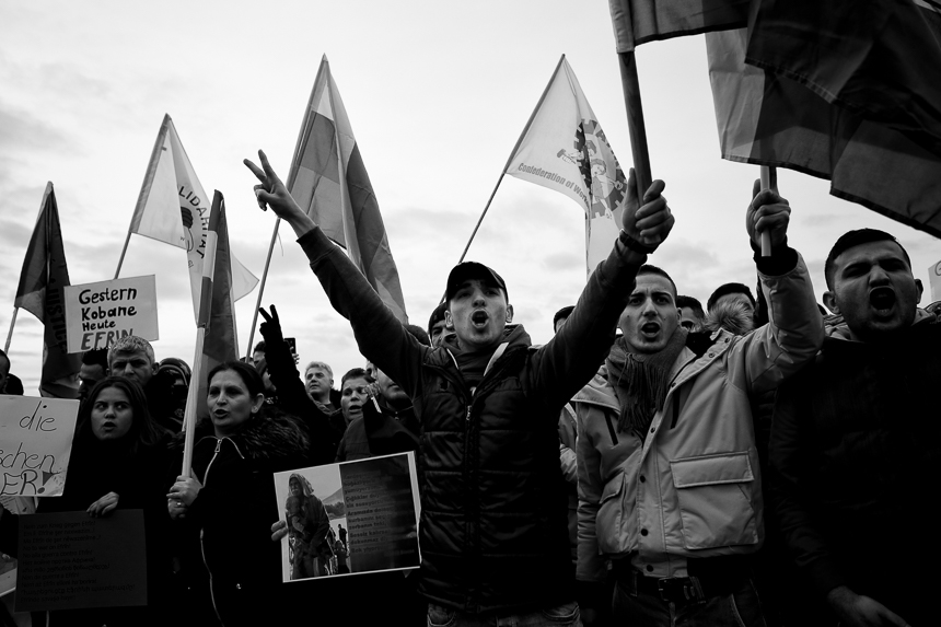 Kurden protestieren vor dem Reichstag in Berlin gegen Angriffe a