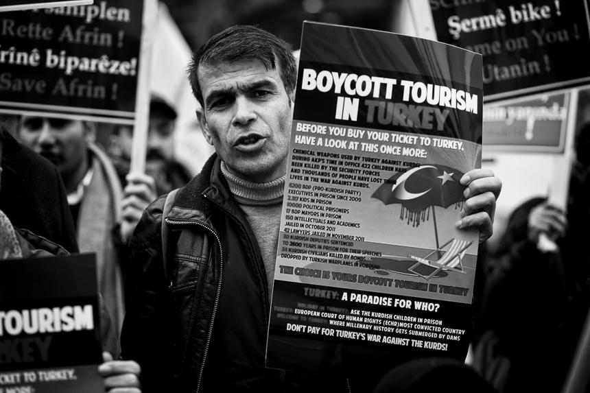Kurden protestieren vor der russischen Botschaft in Berlin gegen