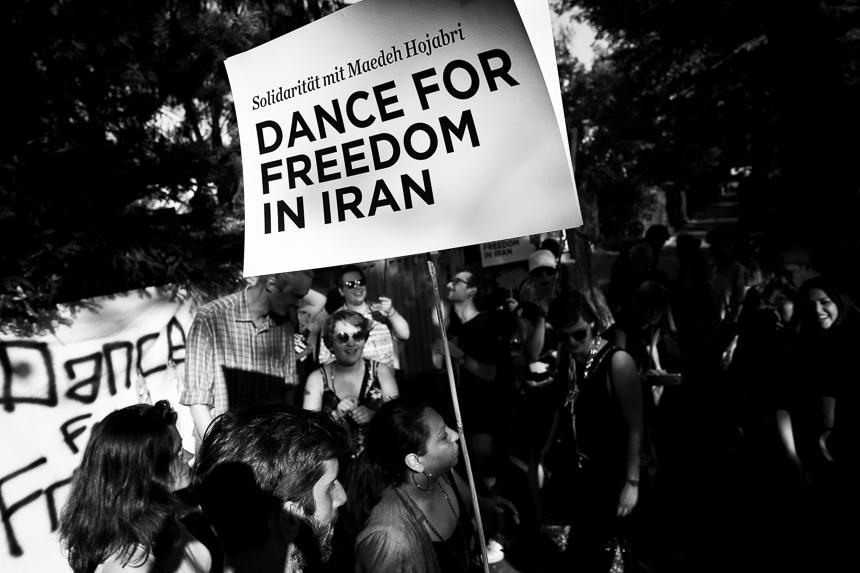 Tanzkundgebung vor der Botschaft des Iran in Berlin