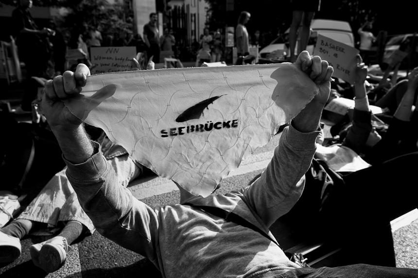 Seebrücke protestiert in Berlin mit Straßenblockade für Rettu