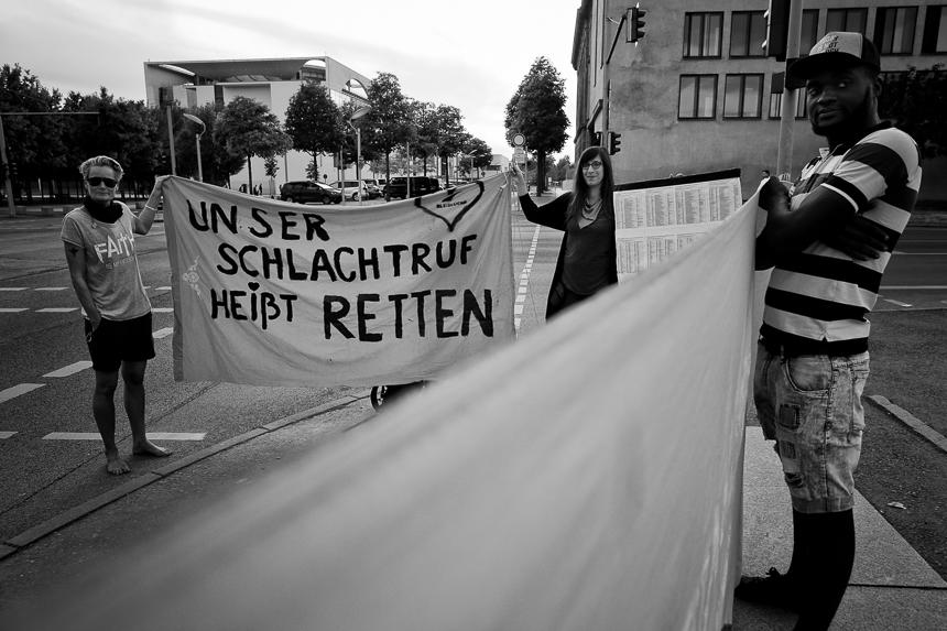 Protest der Seebrücke Berlin gegen Besuch von Kanzler Kurz aus