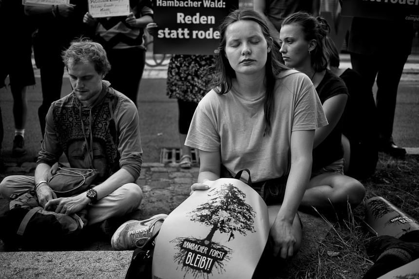 Mahnwache in Gedenken an den Verstorbenen im Hambacher Forst vor
