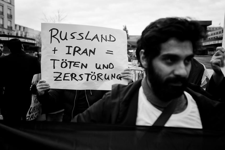 Syrer protestieren in Berlin gegen Anhänger al-Assads