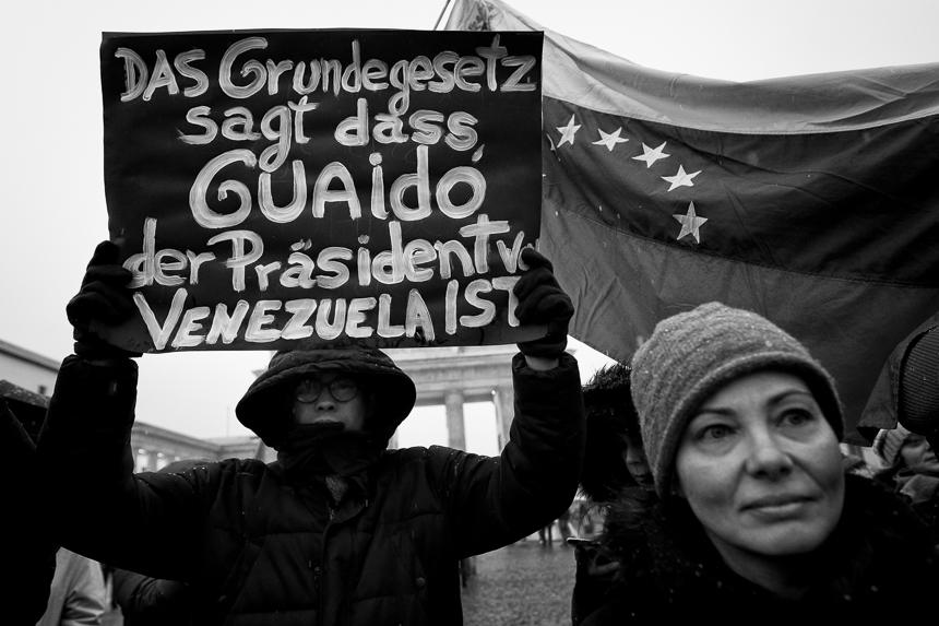Gegner von Nicolás Maduro protestieren in Berlin für Demokrati