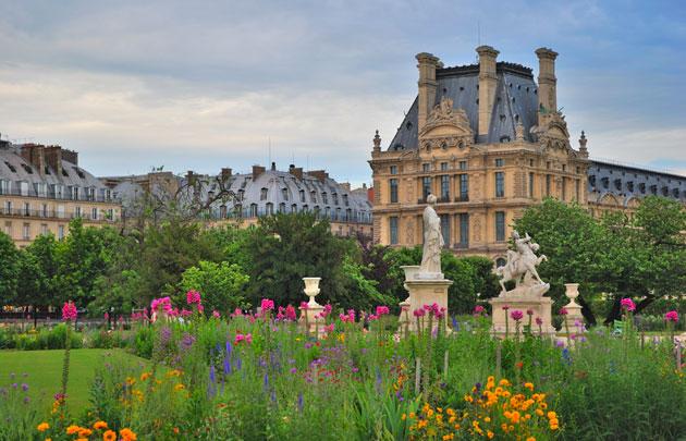 Jardin-des-Tuileries-Fleurs-et-vue-sur-le-Louvre---630x405---©-Fotolia-Tanya.jpg