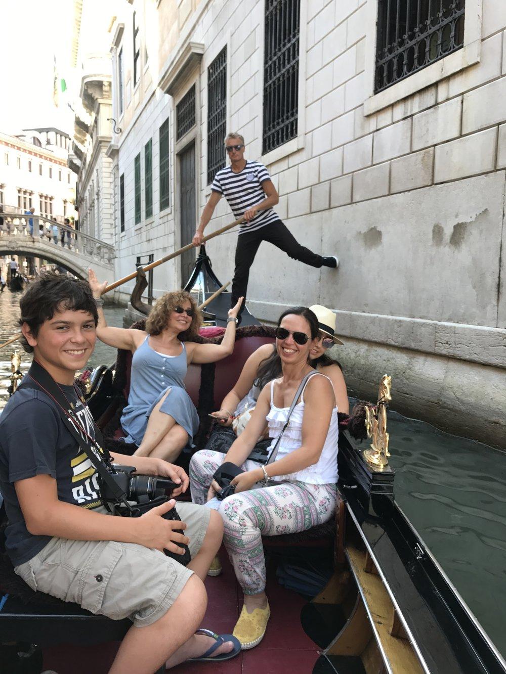 VeniceGondolierAtWallIMG_4388.JPG