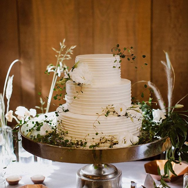 Sometimes the simplest wedding cakes are also the most elegant 🙌🏼 #12DaysofBeHitched . . . Photography: @footcandles | Planning + Design: @behitched | Venue: @calfacultyclub | Floral Design: @aquafloral.design | Cake: @sweetadelinebakeshop