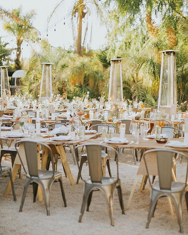 A THOUSAND TIMES YES to an intimate family style dinner in the California sun 🌅 #pinkmoment #12DaysofBeHitched . . . Chef + Catering: @chef_ali_c | Photography: @dstaffordd | Planning + Design: @behitched | Floral Design: @idlewildfloral | Venue: @caravanoutpost | Rentals: @venturarental