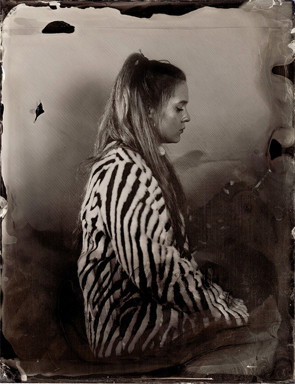 Cara on her phone, tintype // © Iseult Timmermans