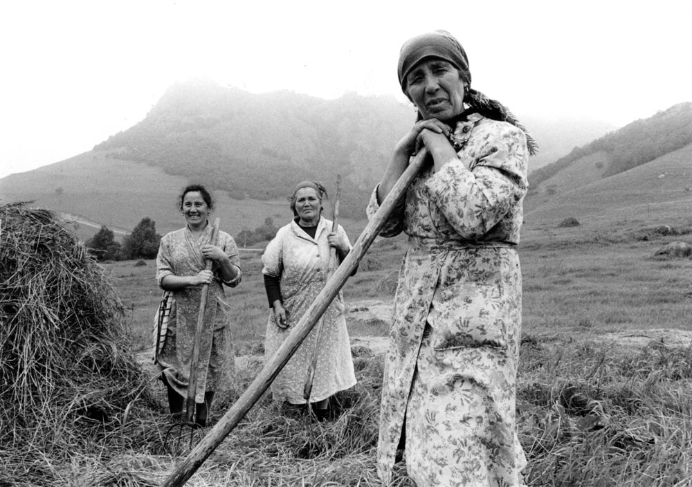 Haymaking, Russian agricultural workers, Soviet Union, 1989 // © Franki Raffles Estate. Courtesy of University of St Andrews Library & Edinburgh Napier University