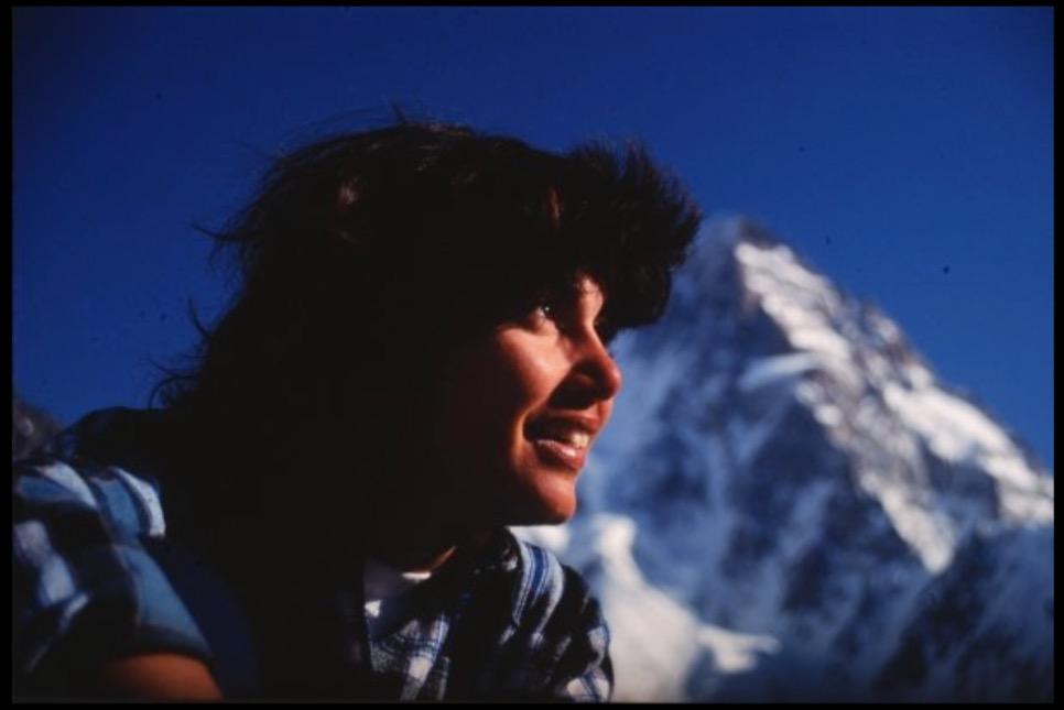 Flor en el campo base del Broad Peak, Pakistan. Al fondo se observa el K2. Crédito: Ramón Blanco