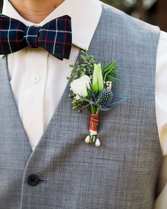 I love this mix of #sprayroses,  #lisianthus, #thistle, #seededeuc and a touch of #rosemary. It looks good and smells even better. ❤📸@lclindley  #weddingstyle #groom #groomstyle #groomsmen #boutonniere #rusticboutonniere #rusticvibes #mountainwedding #loveandlupinesgroom #dapperlydone #risingtidesociety #bespokeflorist #groomsneedlovetoo