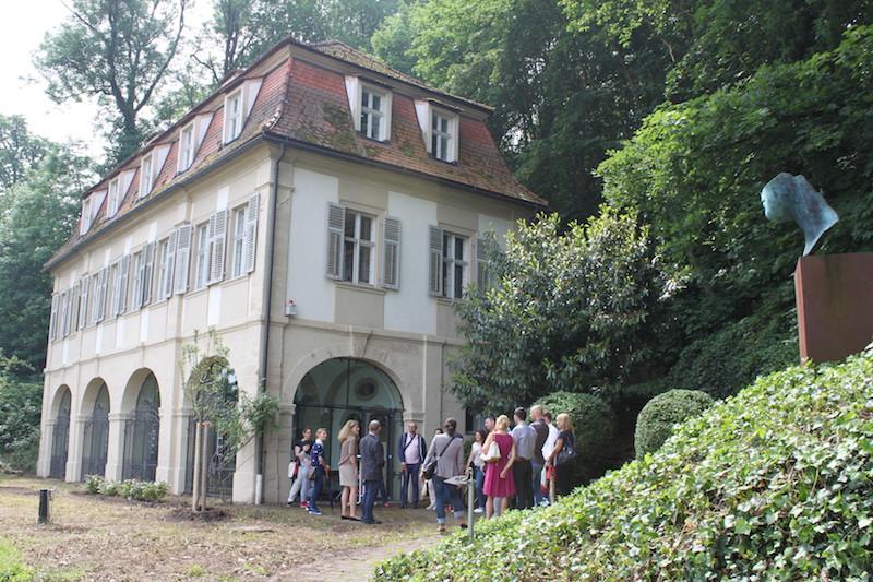 Auf Einladung der Landtagsabgeordneten und Bayerischen Gesundheitsministerin Melanie Huml kommt Besuch aus München zu Besichtigung und Austausch in das BIfadA nach Bamberg. / Bavarian Health MInister Melanie Huml and team visiting the Bifada for consultation.