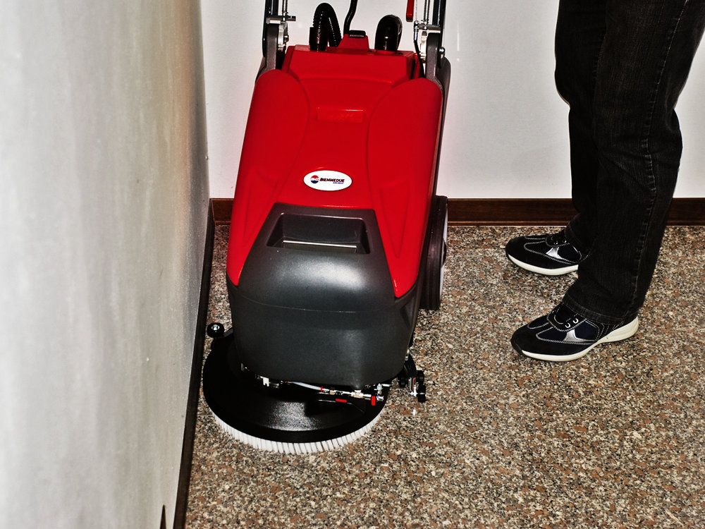 LAVAPAVIMENTI_CON_SPAZZOLE_A_DISCO_SCRUBBER_DRIERS_WITH_DISC_BRUSH.jpg