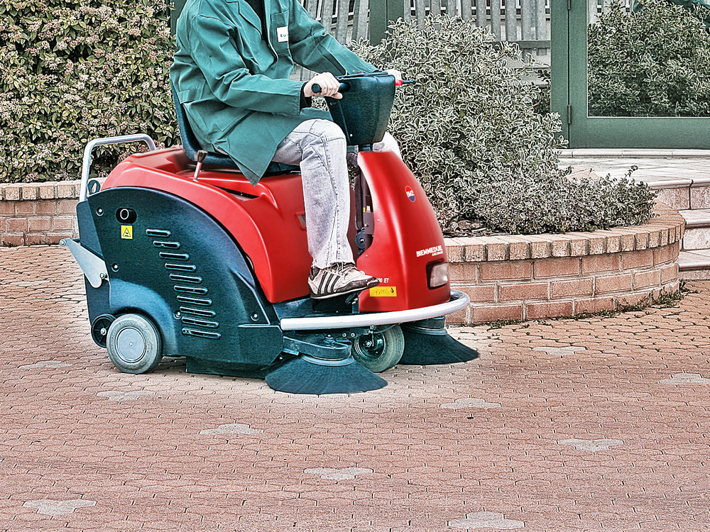 SPAZZATRICE_UOMO__A_BORDO_CON_MOTORE_A_SCOPPIO_RIDE-ON_PETROL_ENGINE_MOTORISED_VACUUM_SWEEPERS.jpg