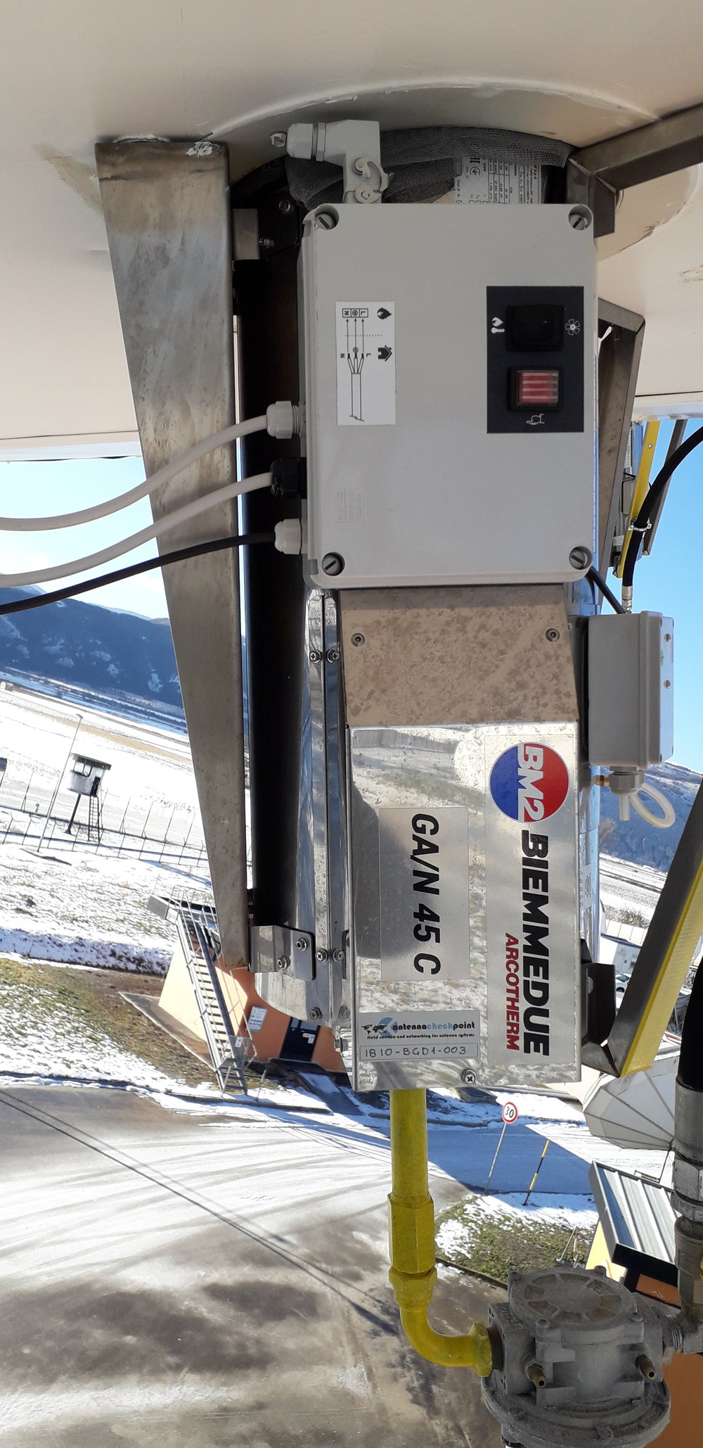 With an exceptional vertical installation, and with various connections of pipes and filters for gas, inserting 4 machines per antenna we were able to solve the problem ensuring a controlled temperature at all times.