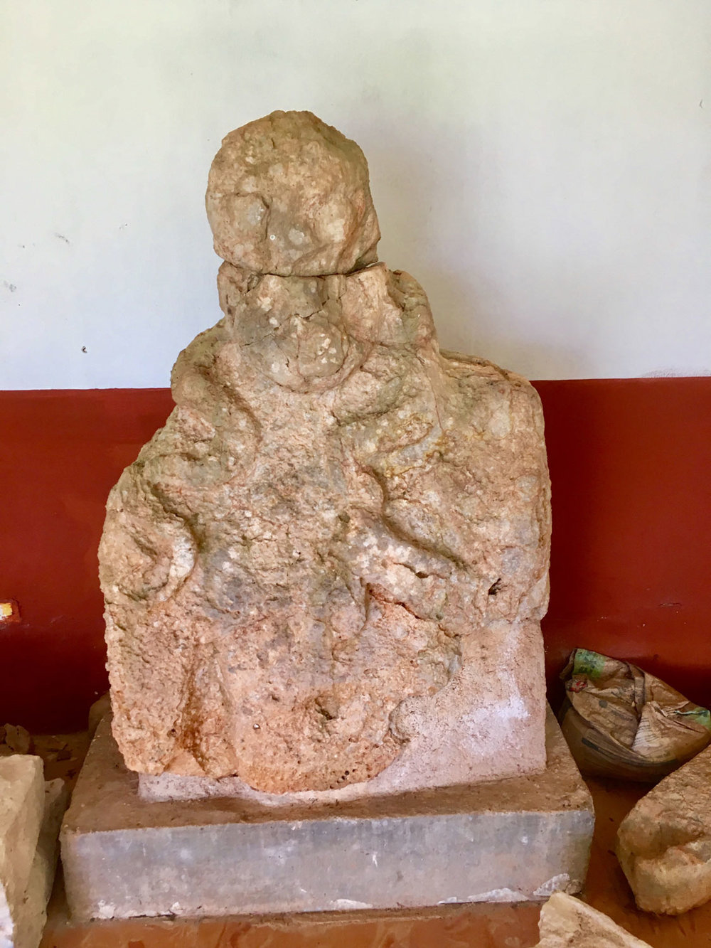 A sculpture of a ruler at Kabáh, placed near the entrance (by the restrooms). No name has been deciphered so far.