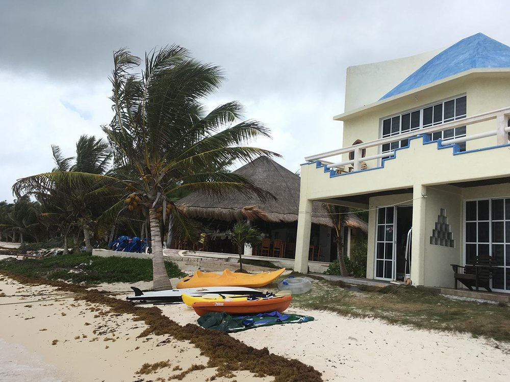 This house is on the beach, it offers  sea  diving or kayaking services.