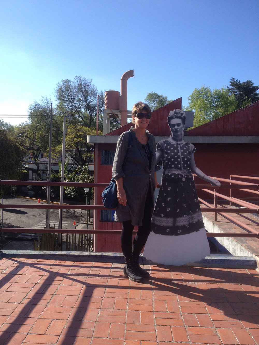 Standing next to petite Frida on her rooftop.