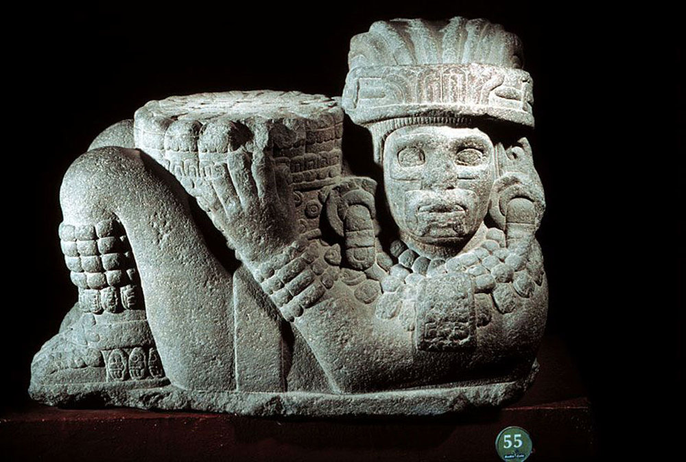 Meditating eyes? Aztec Chac Mool:  mesoweb.com . Left: goggles found at the Chichén Itzá cenote, as offering to gods. Photo: Justin Kerr.