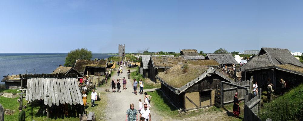 Foteviken Vikingastaden panorama_medelstor.jpg