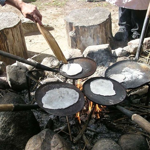 Have you tried making bread?  Go along to @gunnesgard this weekend to give it a go and have a look around the Viking age farm #followthevikings #vikings #vikinglife #breadmaking #flatbread #campfirecooking #simplepleasures