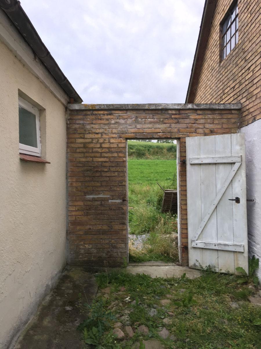 Türen, die zum Kleehügel führen.Ein bisschen bin ich dort geblieben. Seitdem ist mein Wunsch auf dem platten Land zu wohnen gewachsen. Vor allem finde ich es so erdend, morgens ebenerdig aus einer Tür zu treten. Ist das eine seltsame Empfindung?