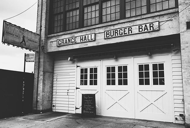 Oldschool burger bar in Chicago easily catches the eye⠀ • • • #burger #chicago #storefront #architecture