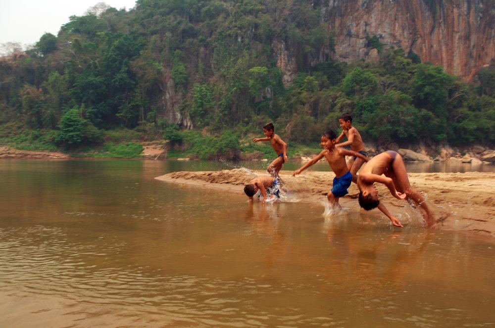 Mekongelva er fin å bade i når det er 38 grader varmt!