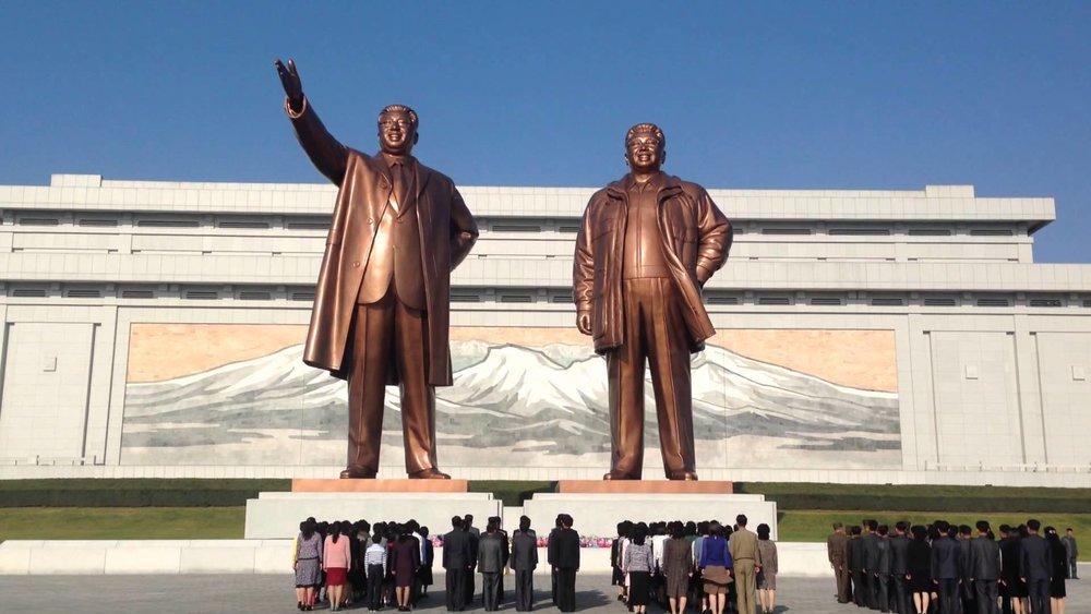 Å lage kjempedigre statuar av leiarane sine er typisk i diktatur. Eit symbol på makt! Vanlege folk kjenner seg små. Dette er statuar frå Nord-Korea.