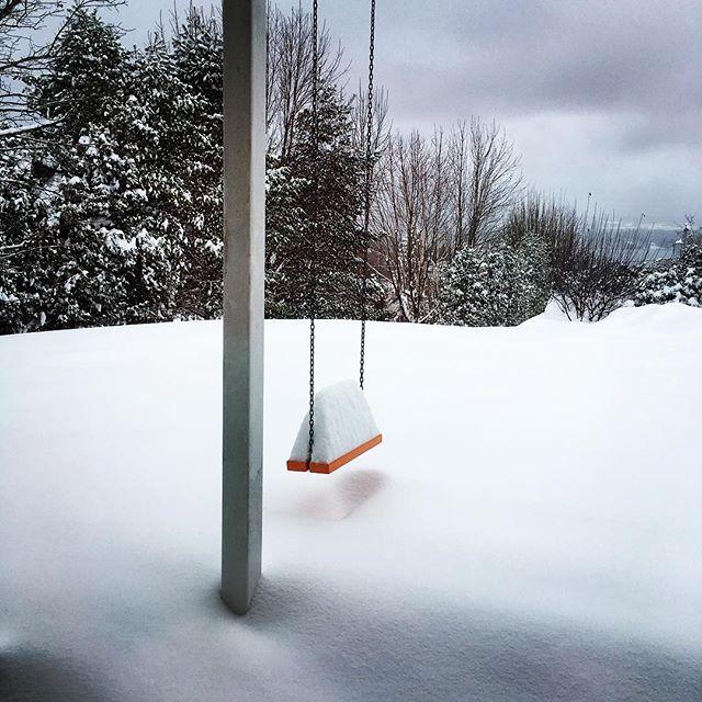 Ah! comme la neige a neigé! ❄️ Mon mood poétique, seule dans un chalet à Magog. #magog #chalet #neigeencriss #emilenelligan