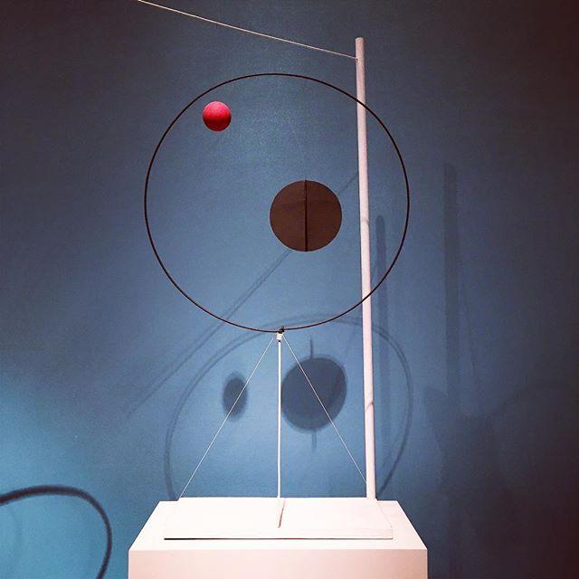 Magnifique exposition sur Alexander Calder. Ses mobiles organiques avec des formes changeantes aux mouvements imprévisibles animent l'espace comme une chute de neige paisible au début de l'hiver. « Des abstractions qui ne ressemblent à rien de la vie, sauf par leur manière de réagir.». #alexandercalder #mbam #montreal #art #mobilsculpture #inspiration