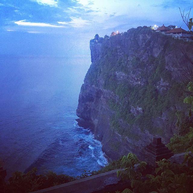 Le temple d'Uluwatu (Pura Luhu) est situé à l'extrême sud de l'île de Bali en Indonésie. Il est construit au sommet d'une falaise impressionnante. C'est aussi le lieu pour assister au fameux spectacle de Danse Kecak, dans laquelle plusieurs hommes lèvent les bras au ciel en chantant «chak chak chak», interprétation artistique des transes rituelles.