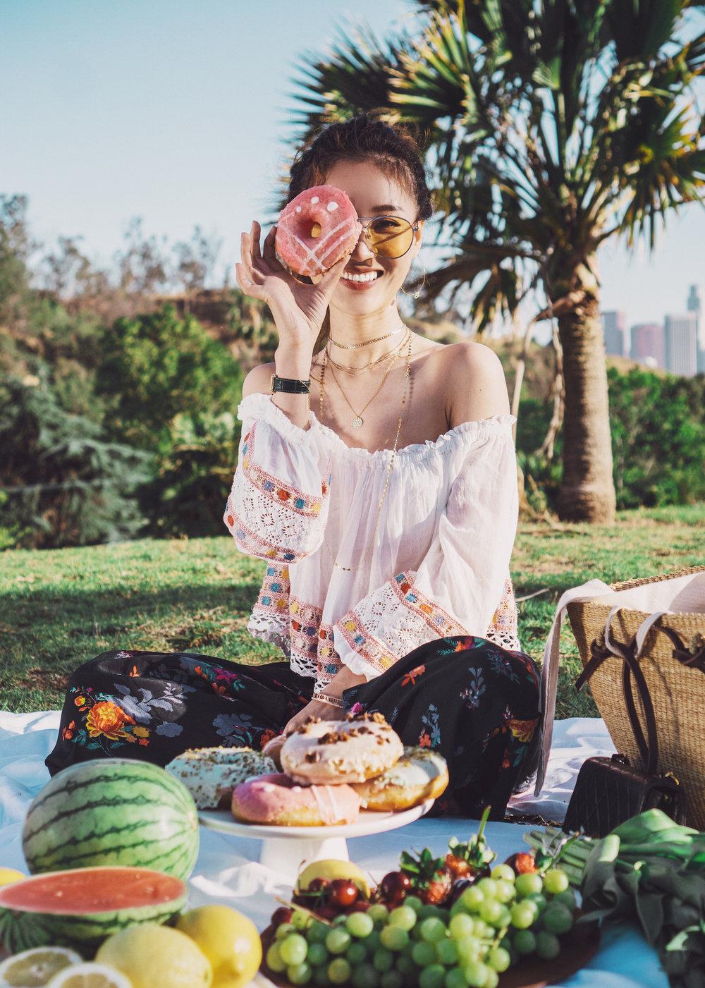 买一束花、带一盒甜甜圈,在公园的草地里来一场与春天的约会。想家了就看看眼前的景色、忆起大洋彼岸的高楼、沉浸在夕阳余晖般金色的情怀里。
