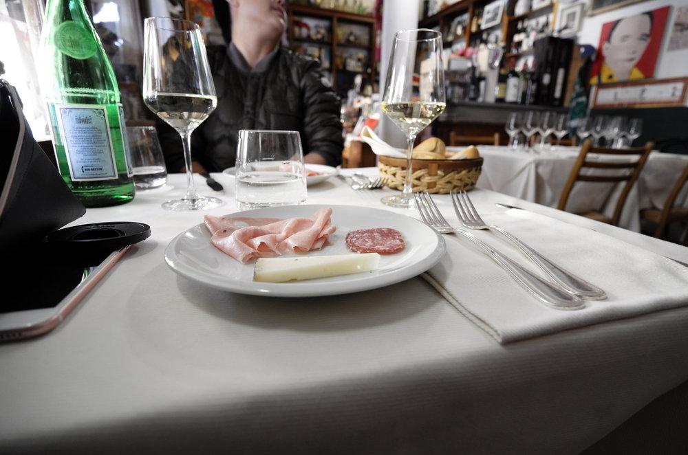 有些餐厅会在客人一上桌便免费赠送一盘像这样的冷盘。浅色的一大片肉是有名的意式肉肠,叫做mortadella。卷儿很喜欢,也经常会在路过便利店的时候顺便买上一两片解解馋。
