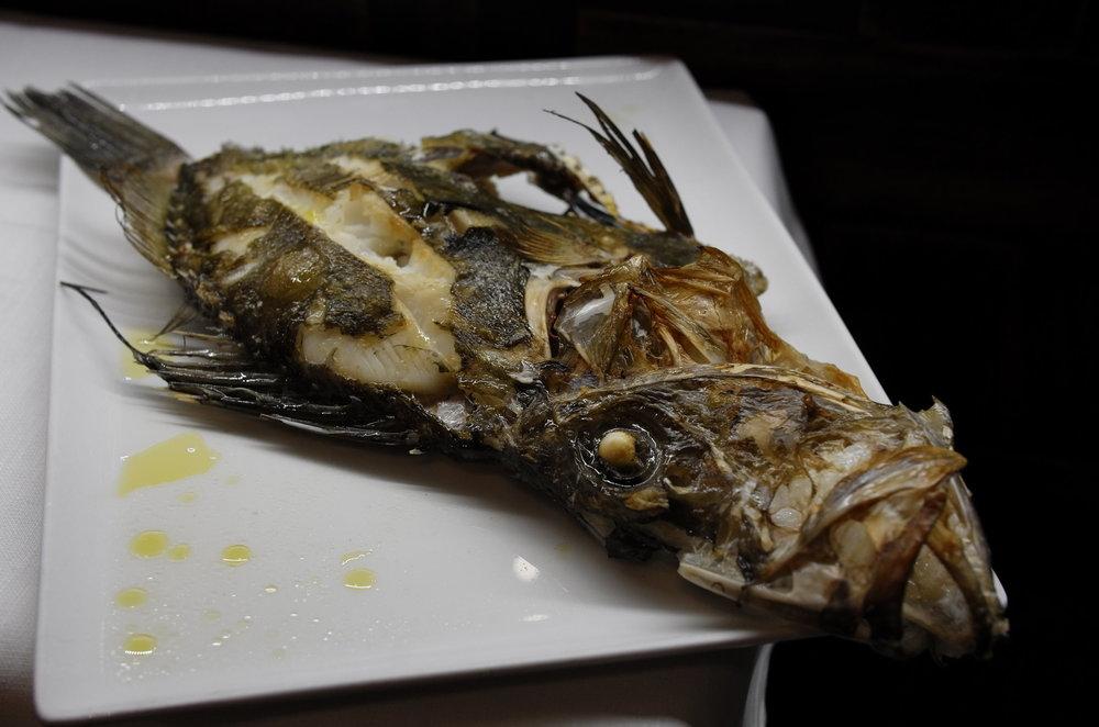 在米兰的Osteria di Brera餐厅遇见了一位移民意大利多年的中国师傅,因此也有幸在他的推荐下品尝到了很多以前不曾尝过的鱼种。师傅说,意大利产海鲜,所以到餐厅吃鱼一定要点整条,这样才够新鲜。因为师傅推荐的菜品真的都很好吃,加上都是中国人、倍感亲切,所以连续两天去找师傅觅食。