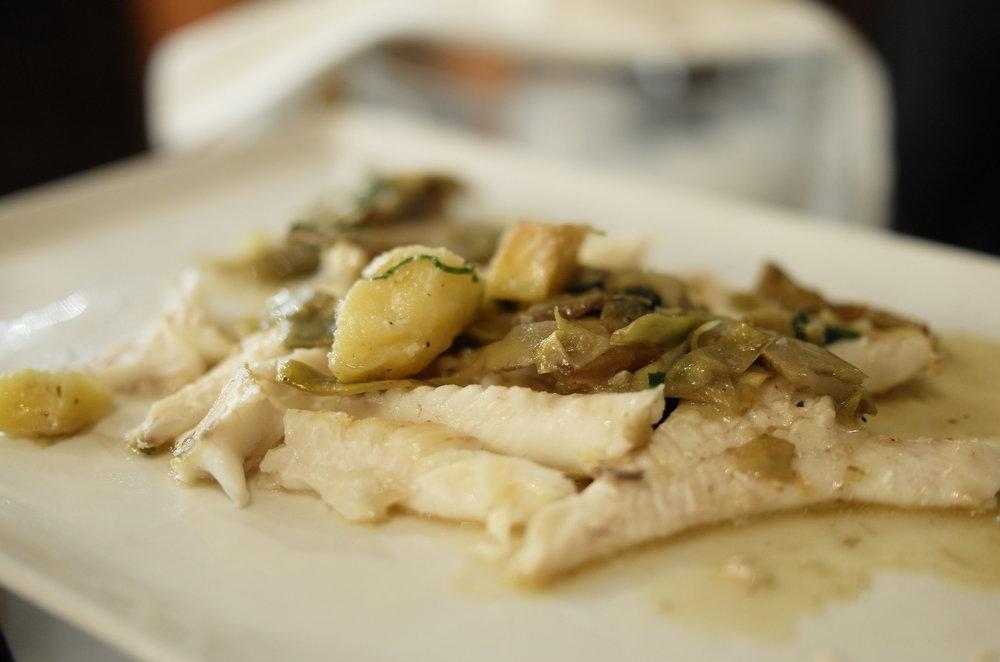 土豆和朝鮮薊蒸烤出来的酱汁浇在滑嫩的烤鱼肉上。蒸烤过后的朝鲜蓟清香多汁;而吸饱了朝鲜蓟汤汁的土豆入口后竟然会回甘。这么单一的食材碰撞在一起竟然产生了这么奇妙的美味。果真只要食材好,任何的调味都是多余的。这道酱汁在家也能轻松做出来。