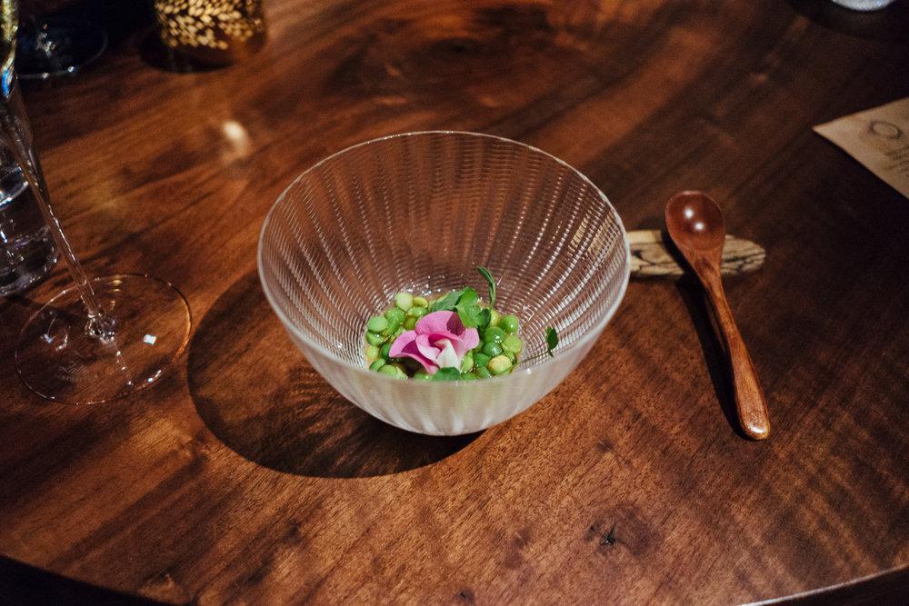 小时候经常吃到的青豆,现在回想起来,确实大多是在春季里吃到的。小小一颗,沾染了土壤的清新、浸润了雨露的甘甜,拌着柴鱼汁的酸爽,将味蕾彻底打开。