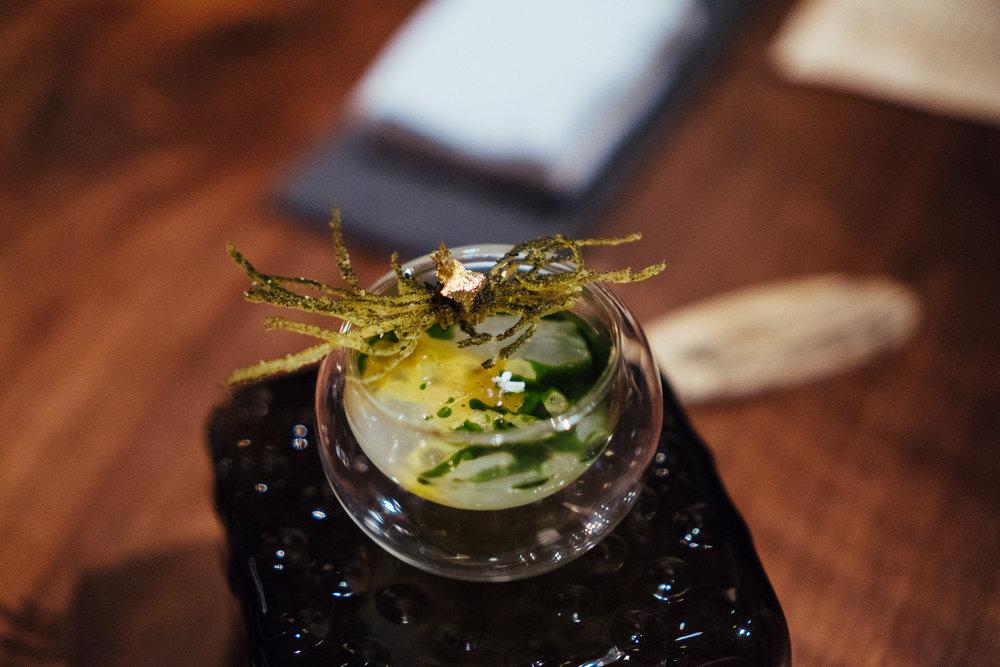 Atelier Crenn的英伦名肴,其实说到英国菜,称得上特色的应该也只有这么一道了吧:fish and chips。就这么一道接地气的工农群众口味菜,在Atelier Crenn也被垂直拉高出无与伦比的逼格。酥炸的土豆细丝撒上细密的海苔粉,用纯金锡箔束在一起,配上从一整只鱼骨髓中慢熬提炼来的高度浓缩鱼骨精华,这算得上整顿体验里面最奢华的一道了。如果要我用来敷脸,可能效果也不比La Prairie的鱼子精华差。一口入喉,Q弹顺滑,吃完之后瞬间觉得自己变身成了志玲姐姐。